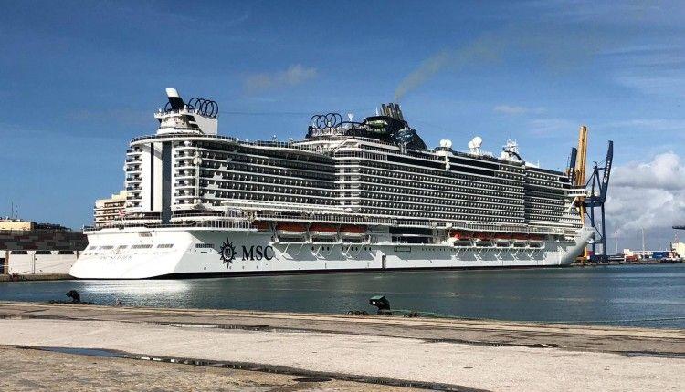 """El megacrucero """"MSC Seaview"""", esta mañana atracado en el puerto de Cádiz"""