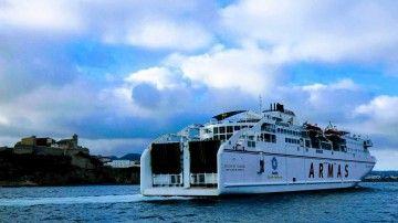 """El ferry """"Volcán de Tijarafe"""", a su llegada al puerto de Ibiza"""