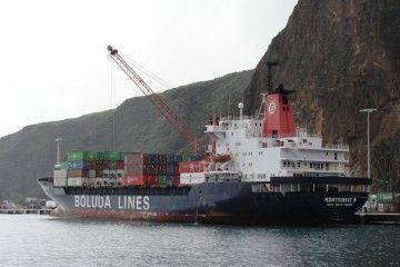 """El buque """"Montserrat B"""", atracado en el puerto de Santa Cruz de La Palma"""