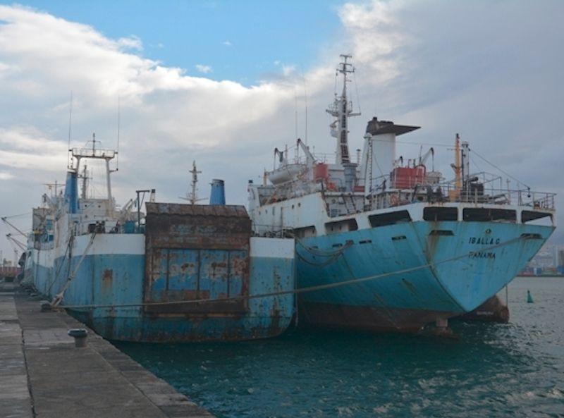 """El petrolero """"Iballa G."""", abarloado al colón """"Agios Dionissios"""", en el puerto de Las Palmas de Gran Canaria"""