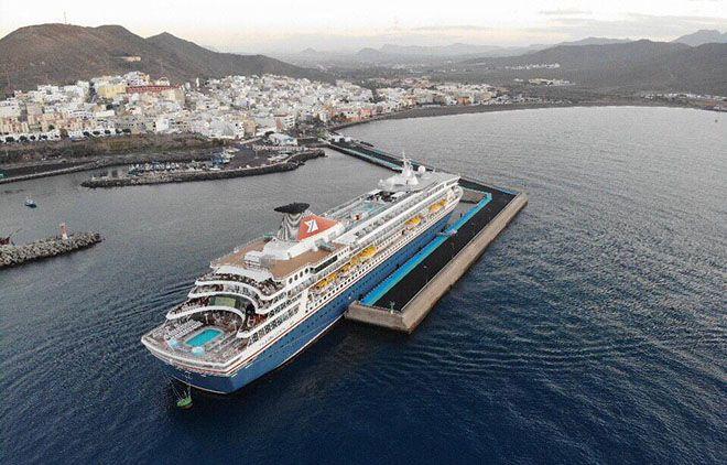 """Vista aérea del buque """"Balmoral"""" atracado en Gran Tarajal"""