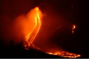 Visión nocturna de la emisión de lava del volcán Etna