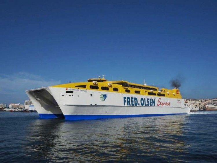 """El catamarán """"Betancuria Express"""", zarpa del puerto de Las Palmas de Gran Canaria"""