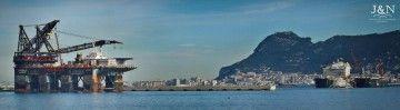 """La grúa """"Thialf"""" y el buque multipropósito """"Pioneering Spirit"""" coinciden en Algeciras"""