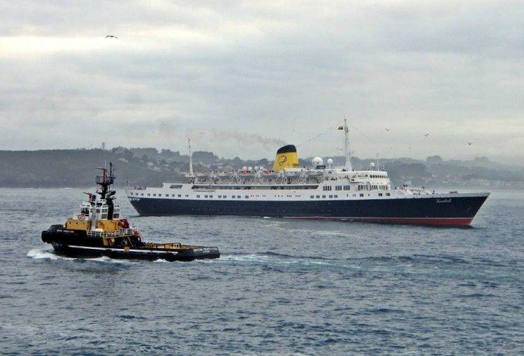 """El buque """"Funchal"""". en una de sus escalas en el puerto de A Coruña"""