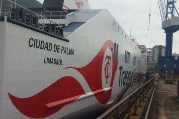 """El nuevo logotipo de Trasmediterránea, pintado en el costado del buque """"Ciudad de Palma"""""""