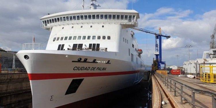 """Vista de proa del buque """"Ciudad de Palma"""" en dique seco"""