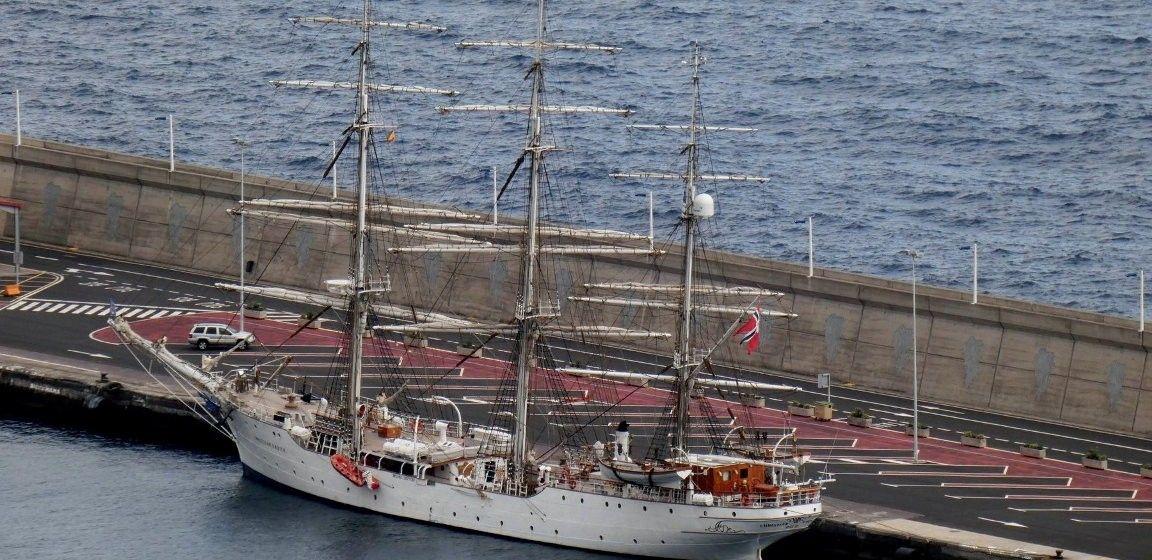 """El buque """"Christian Radich"""", con el aparejo aferrado, en el puerto de Santa Cruz de La Palma"""