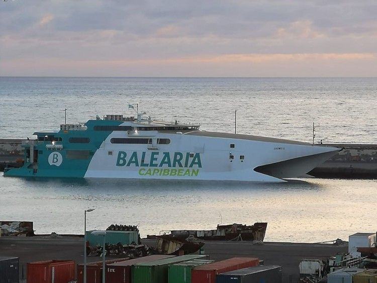 """El catamarán """"Jaume I"""", esta mañana, atracado en el puerto de Santa Cruz de Tenerife"""