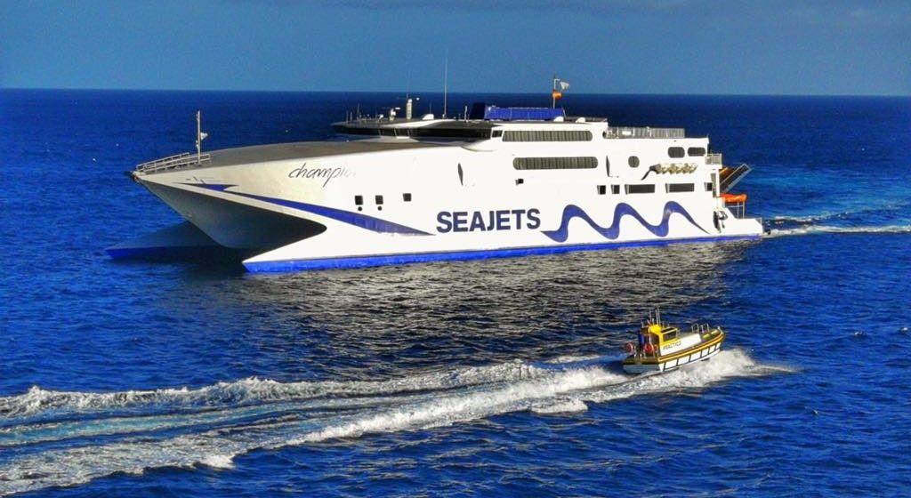 "El catamarán ""Chamption Jet 1"", a su llegada a San Sebastián de La Gomera"