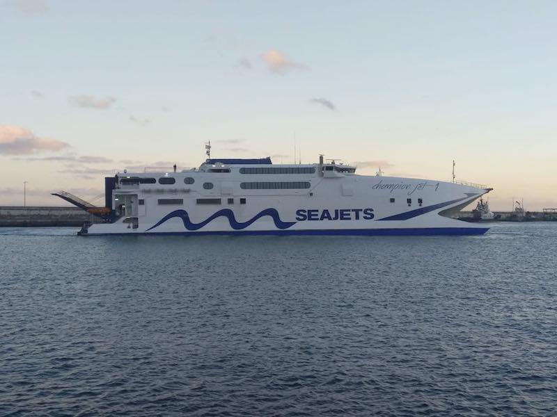 El catamarán está fletado por Naviera Armas para la línea de La Gomera y La Palma