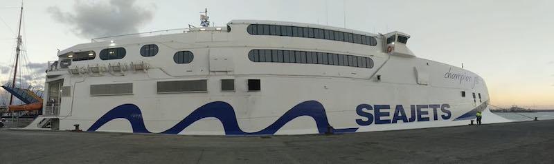 Tiene capacidad para 925 pasajeros y 200 coches y mantiene 34 nudos de velocidad