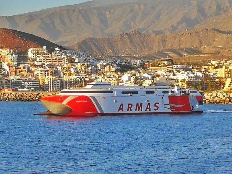 """El catamarán """"Volcán de Tirajana"""", a su salida esta tarde del puerto de Los Cristianos"""