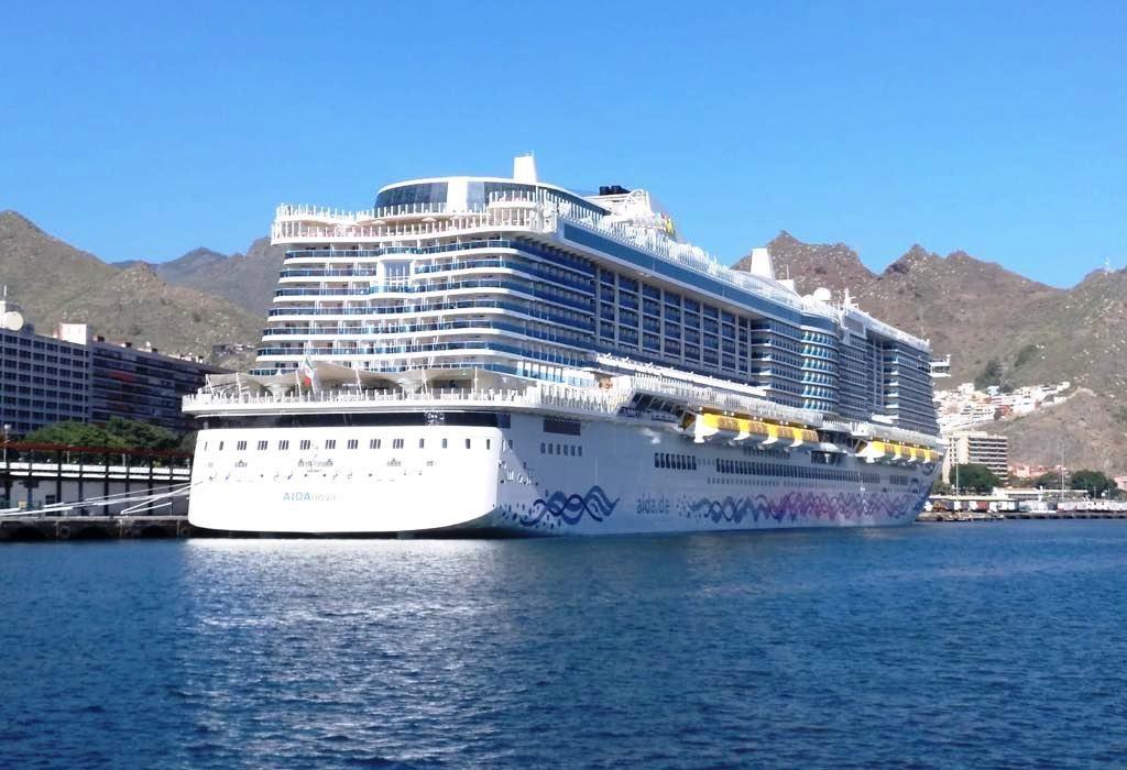 Atracado en la terminal de cruceros del puerto de Santa Cruz de Tenerife