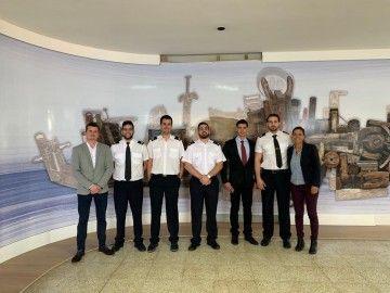 Los nuevos pilotos y el profesor Juan A. Rojas Manrique (izquierda)
