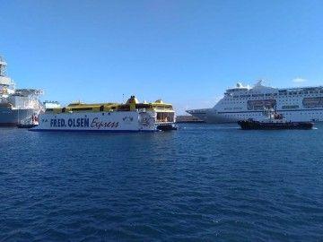 """El catamarán """"Bencomo Express"""" maniobra en el puerto tinerfeño con ayuda de dos remolcadores"""