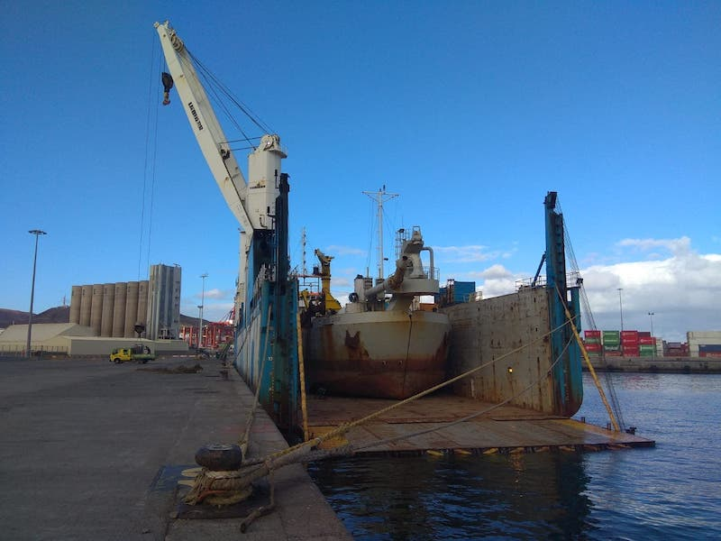 """El buque dique """"Rolldock Sun"""", atracado en el puerto de Las Palmas de Gran  Canaria"""