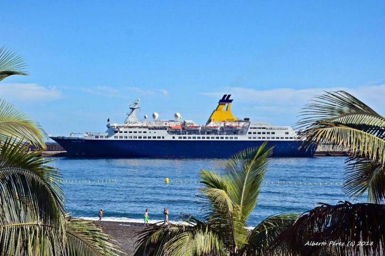 """El buque """"Saga Pearl II"""", visto en toda su eslora por la banda de babor, en el puerto palmero"""