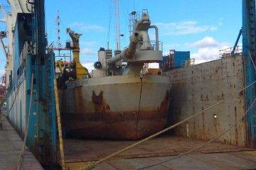 """La draga """"Galilei 2000"""", a bordo del buque """"Rolldock Sun"""""""