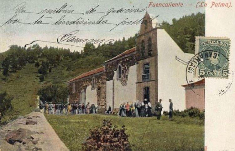 La iglesia de San Antonio abad, ya ampliada, en trabajos de encalado de la fachada