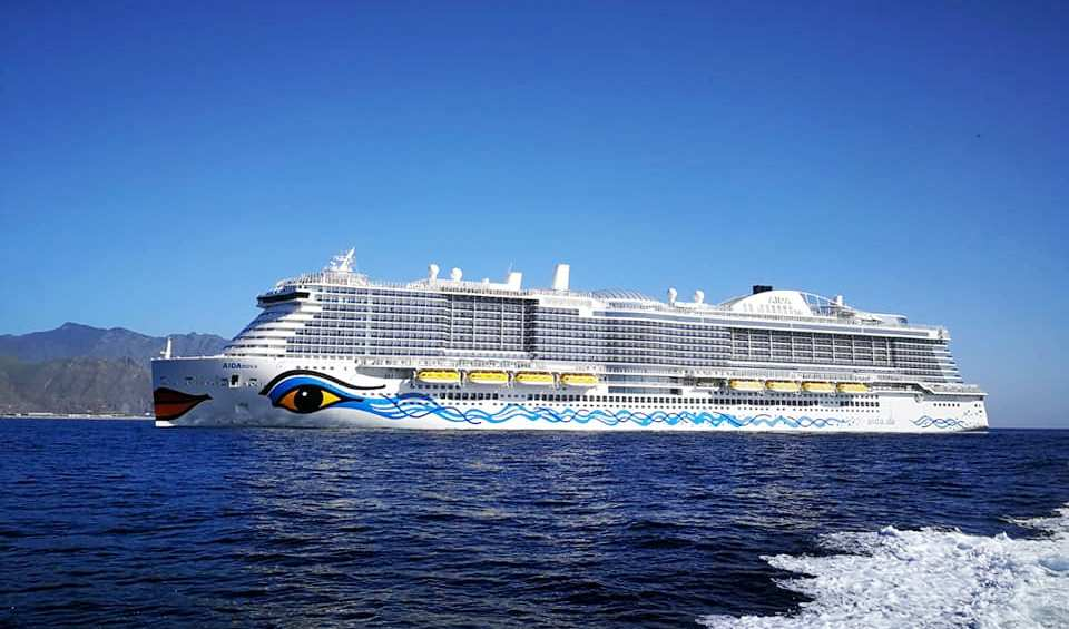 """El buque """"AIDAnova"""", a su llegada este mediodía al puerto de Santa Cruz de Tenerife"""