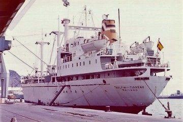 """El buque """"Delfín del Tirreno"""", atracado en el puerto de Santa Cruz de Tenerife"""