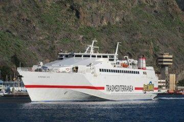 """El buque monocasco de alta velocidad """"Almudaina Dos"""", a su llegada esta mañana por primera vez al puerto de Santa Cruz de Tenerife"""