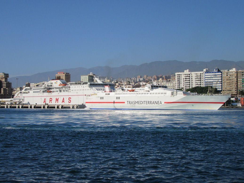 Naviera Armas y Trasmediterránea, ahora en la misma dirección, coinciden en Santa Cruz de Tenerife