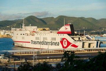 """El buque """"Ciudad de Palma"""", atracado ayer en el puerto de Ibiza"""