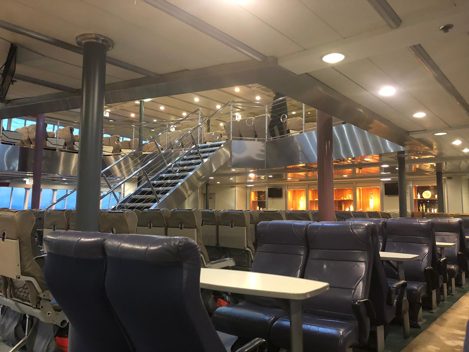 Ha sido remodelado recientemente y tiene capacidad para 741 pasajeros y 200 coches