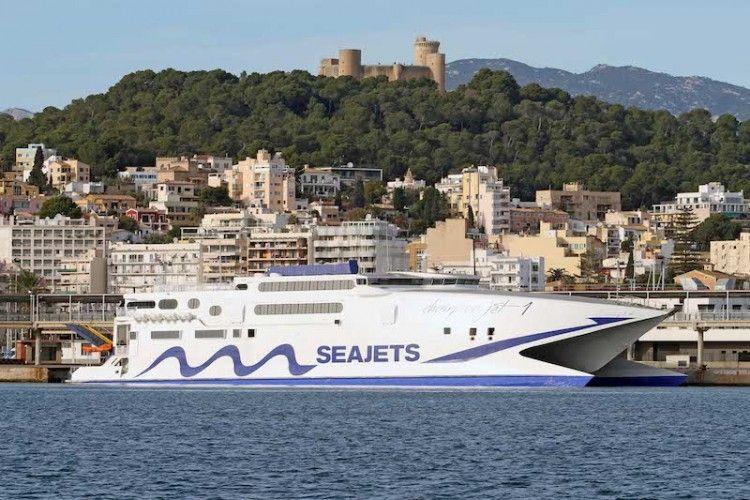"""El catamarán """"Champion Jet 1"""" en Palma y, al fondo, el castillo de Bellver"""