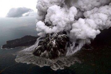 La actividad explosiva del volcán Anak Krakatau preocupa a científicos y autoridades