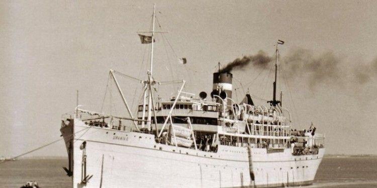 """El trasatlántico """"Urania II"""", visto por la amura de babor"""