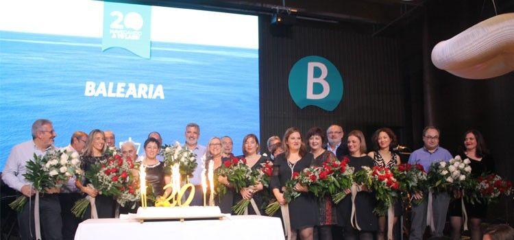 Un grupo de empleados fundadores de Balearia, junto al presidente de la compañía