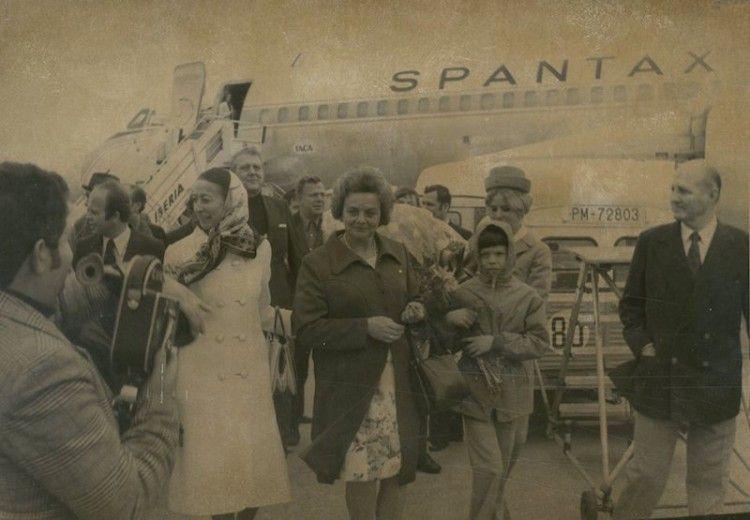 Rodolfo Bay padre e hijo y Marta Estades reciben a la turista un millón tras descender de un avión CV 990A de Spantax