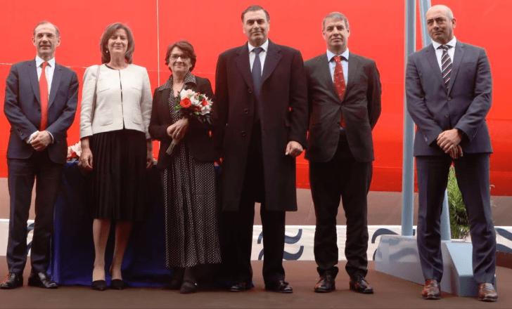 Alejandro Aznar (centro) y la madrina del buque, junto a otros invitados