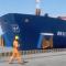 """La proa del buque """"Murueta"""", en el momento de golpear contra el muelle"""