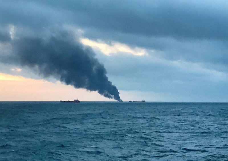 Una densa columna de humo delata el alcance del siniestro