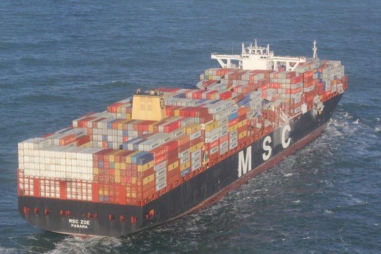 """Panorámica del buque """"MSC Zoe"""", en la que se aprecia la zona afectada"""