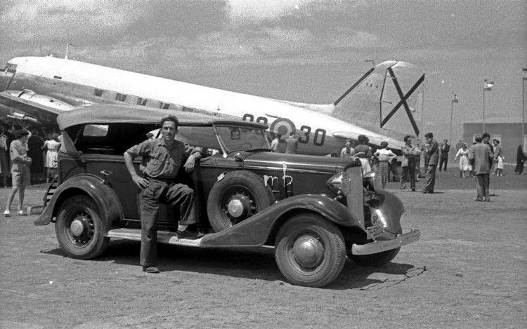 El taxista, junto a su Chevrolet  Master Eagle, matriculado en 1933