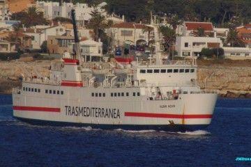 """El buque """"Nura Nova"""" maniobra en el puerto de Ciudadela"""