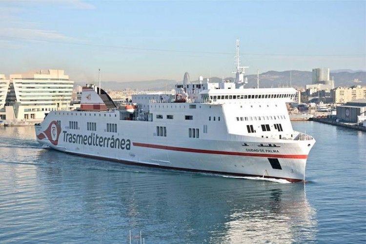 """El buque """"Ciudad de Palma"""" maniobra en el puerto de Barcelona"""