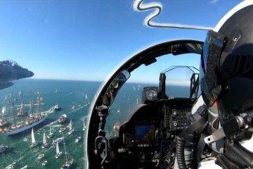 """El buque-escuela """"Juan Sebastián de Elcano"""", a visita de Harrier de la Armada, a su salida de Cádiz"""