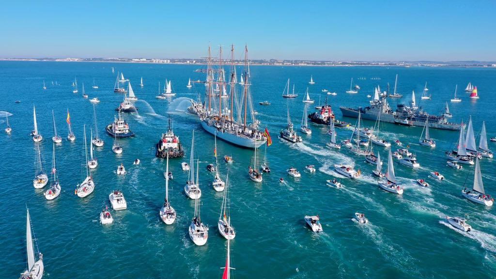 La salida del buque-escuela del puerto de Cádiz siempre es una fiesta marítima