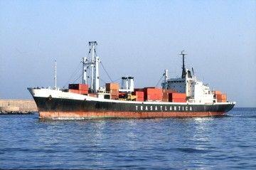 """El buque """"Roncesvalles"""", en una de sus escalas en el puerto de Barcelona, el de su matrícula naval"""