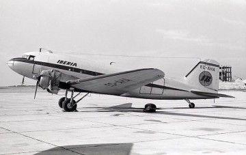 """El buen cuidado del DC-3 de Iberia EC-AHA no hace sospechar su """"borrascoso pasado"""""""