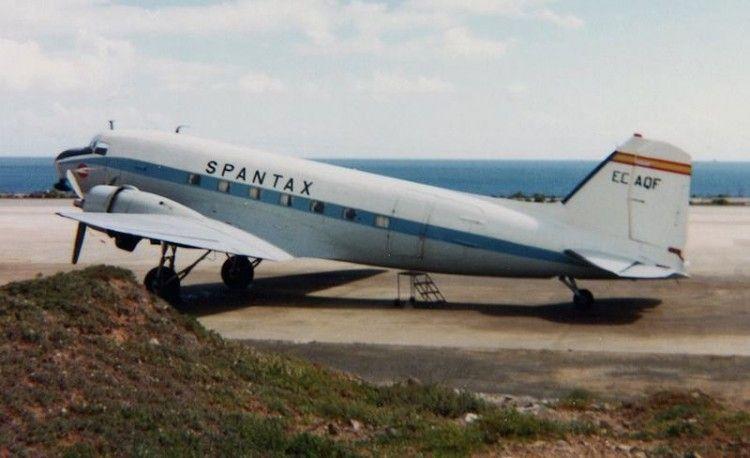 El avión Douglas DC-3 matricula EC-AQF, estacionado en el aeropuerto de Gando (Gran Canaria)
