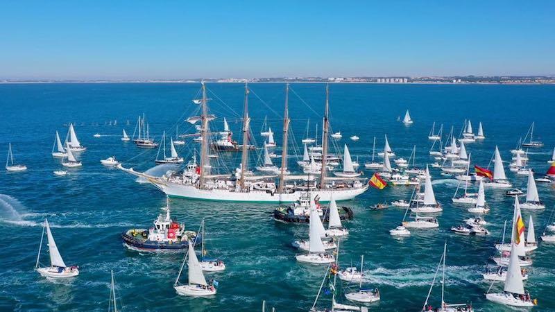 El buque-escuela zarpó acompañado de una numerosa escolta