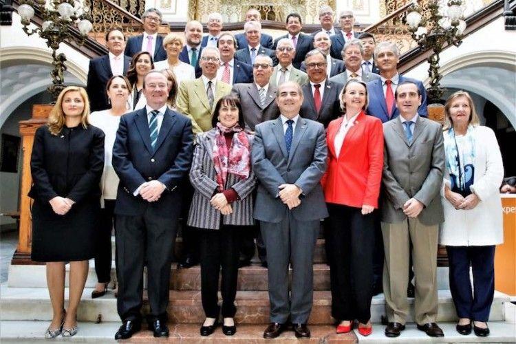 Foto de familia de los mandos de tres Ejércitos en Canarias y los miembros del Cuerpo Consular en Las Palmas