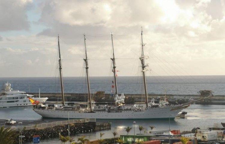 """El buque-escuela """"Juan Sebastián de Elcano"""", a su llegada esta mañana al puerto de Santa Cruz de Tenerife"""